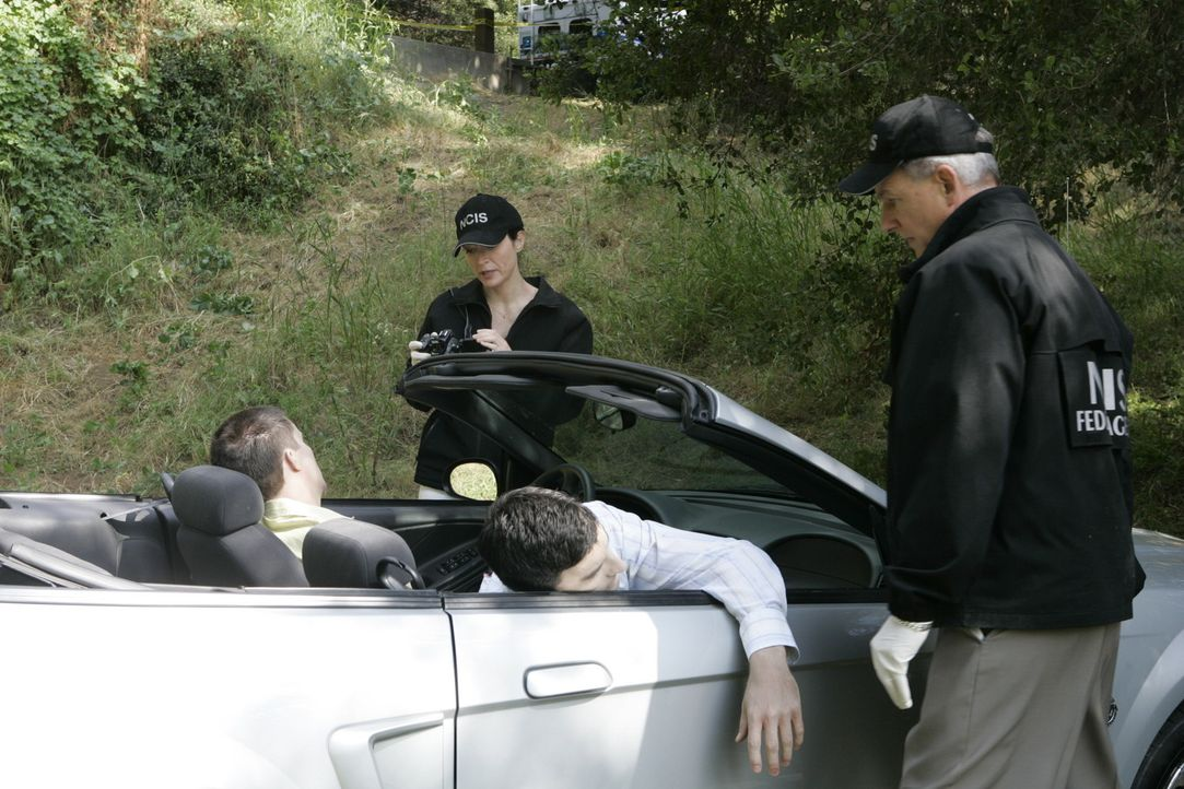 Zwei Navy Lieutnants werden von einem Mann getötet, der sich als Polizist ausgegeben hatte. Kate (Sasha Alexander, 2.v.l.) und Gibbs (Mark Harmon,... - Bildquelle: CBS Television