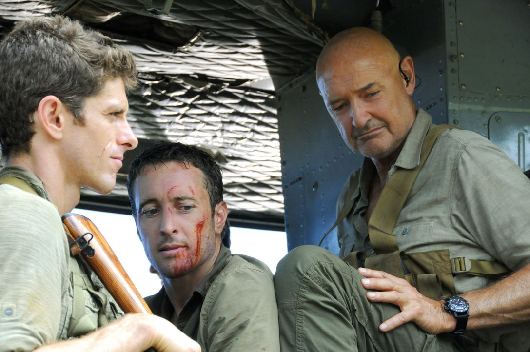 Steve (Alex O'Loughlin, M.) wurde in Nordkorea von Wo Fat gefangen genommen. Das Team um Lt. Jacks (Sean MacCormac, l.) und White (Terry O'Quinn, r.... - Bildquelle: TM &   CBS Studios Inc. All Rights Reserved.