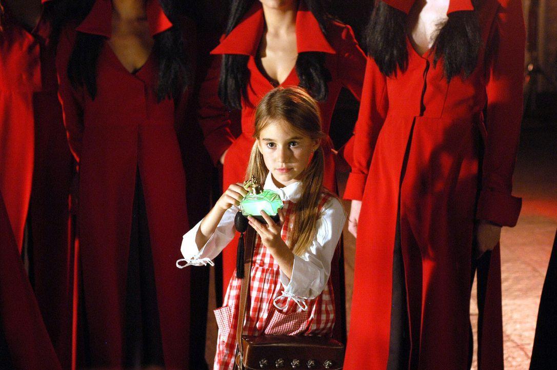 Stella (Annika Kähler) verfügt über besondere Kräfte, die dem teuflischen Treiben ein Ende bereiten ... - Bildquelle: Sat.1