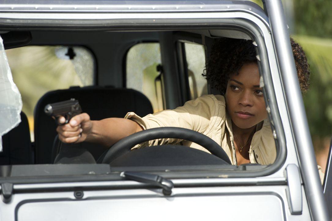 Auf Drängen ihrer Vorgesetzten M schießt Eve (Naomie Harris) auf den Auftragskiller Patrice, trifft jedoch James Bond, der daraufhin vom Zug in eine... - Bildquelle: Skyfall   2012 Danjaq, LLC, United Artists Corporation and Columbia Pictures Industries, Inc. All rights reserved.
