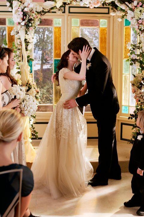 Henry (Ivan Sergei, r.) und Paige (Rose McGowan, l.) geben sich das Ja-Wort, obwohl es eigentlich nur eine Verlobungsfeier sein sollte ... - Bildquelle: Paramount Pictures