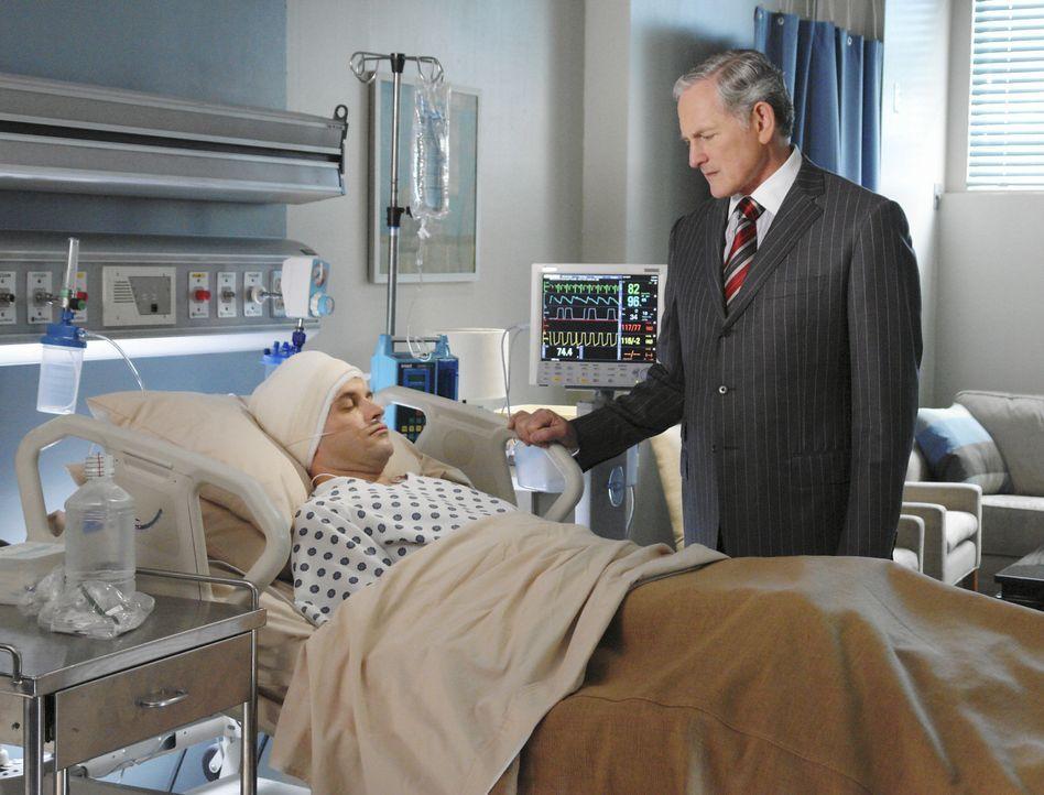 Auch Jordan (Victor Garber, r.) bangt um die Gesundheit seines Mitarbeiters. Eli (Jonny Lee Miller, l.) liegt noch immer im Koma ... - Bildquelle: Disney - ABC International Television