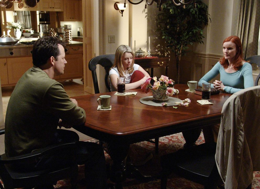 Danielle (Joy Lauren, M.) und Rex Van De Kamp (Steven Culp, l.) hören sich den Vorschlag von Bree (Marcia Cross, r.) an, wie sie den Unfallwagen ver... - Bildquelle: Touchstone Pictures