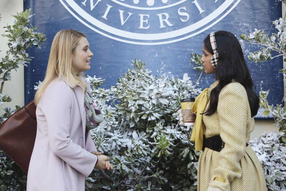 Casey (Spencer Grammer, l.), die mit Ashleigh noch immer zerstritten ist, versucht mit Rebecca (Dilshad Vadsaria, r.) ins Gespräch zu kommen ... - Bildquelle: 2011 Disney Enterprises, Inc. All rights reserved.
