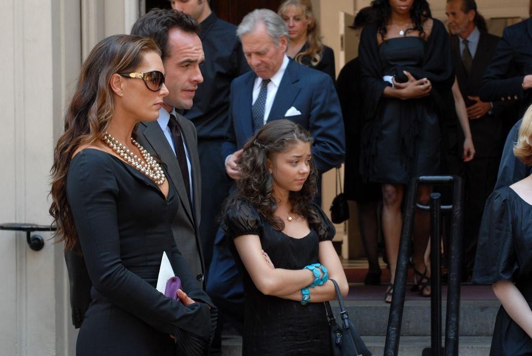 Charles, Nicos Ehemann ist gestorben. Shane (Paul Blackthorne, 2.v.l..), Wendy (Brooke Shields, l.) und Maddie (Sarah Hyland, 3.v.l.) nehmen an der... - Bildquelle: NBC, Inc.