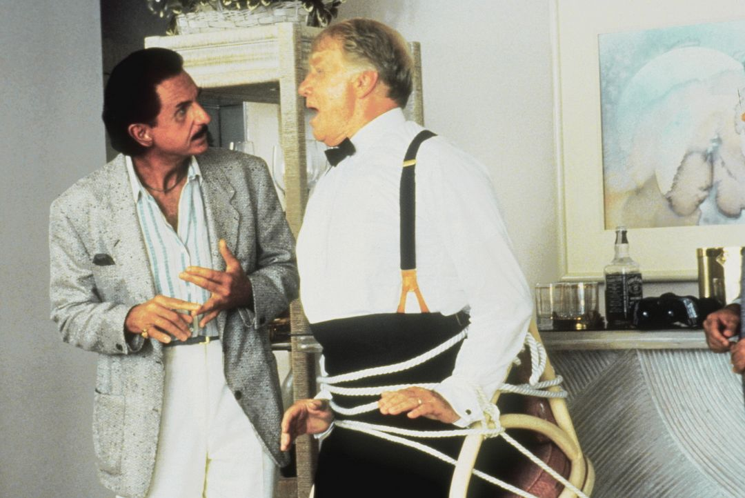 Um seine geklauten Juwelen wieder in Besitz nehmen zu können, entführt der Gangster Tony Stark (René Auberjonois, l.) den vertrottelten Kommandan... - Bildquelle: Warner Bros.