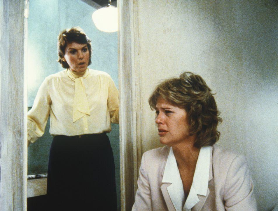 Cagney (Sharon Gless, r.), die fürchtet, schwanger zu sein, wird von ihrer Kollegin und Freundin Lacey (Tyne Daly, l.) getröstet. - Bildquelle: ORION PICTURES CORPORATION. ALL RIGHTS RESERVED.