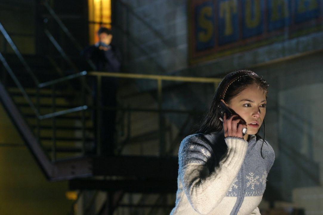 Als Lana (Kristin Kreuk) einen Anruf tätigt, ahnt sie noch nicht, welche besonderen Auswirkungen dieser hat ... - Bildquelle: Warner Bros.