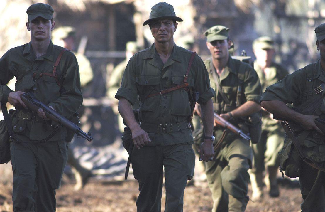 Colonel Mucci (Benjamin Bratt, M.) macht sich auf den Weg auf die Philippinen, wo er 500 Soldaten aus der Kriegsgefangenschaft befreien soll ... - Bildquelle: Buena Vista International