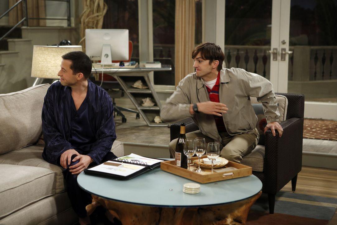 """Während Walden (Ashton Kutcher, r.) alias Sam Wilson zu Kate gezogen ist, genießt Alan (Jon Cryer, l.) sein Leben auf  """"Alancrest"""" in vollen Zügen .... - Bildquelle: Warner Brothers Entertainment Inc."""