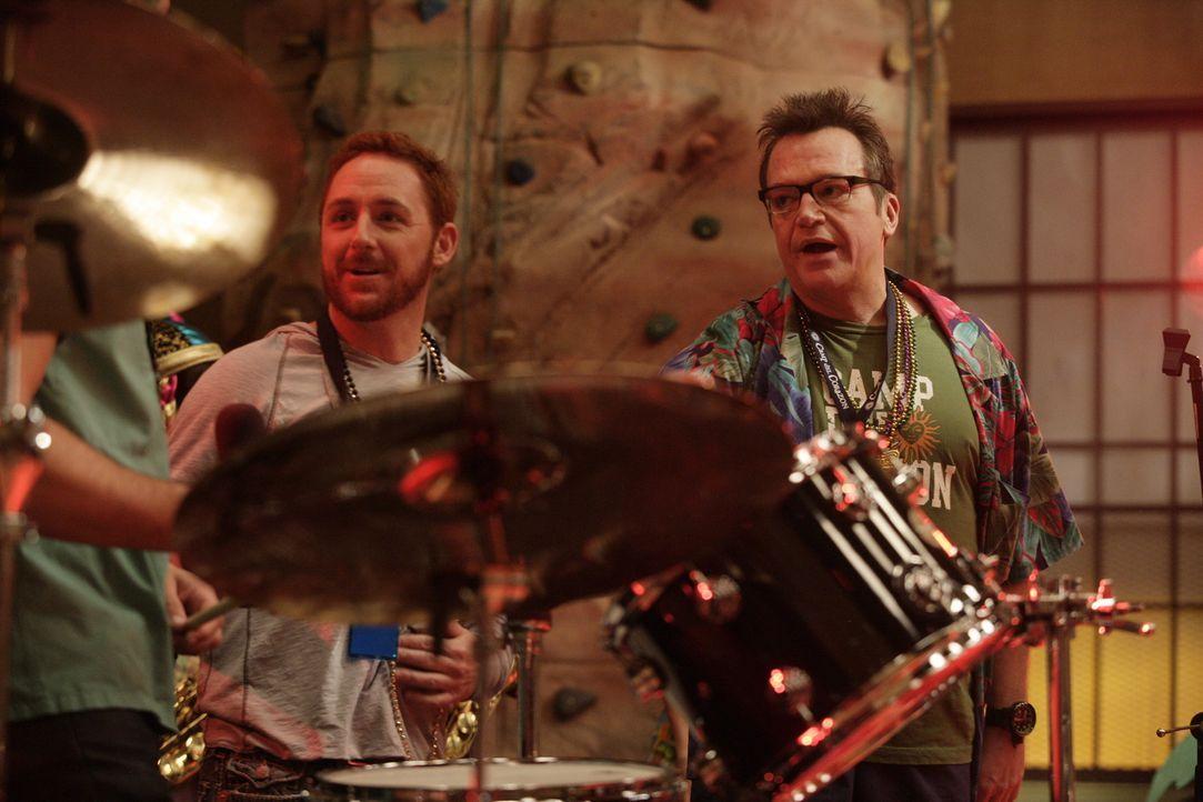 Archie (Scott Grimes, l.) und der Campleiter Kahuna (Tom Arnold, r.) veranstalten für die Kids des Camp Del Corazon eine große Abschiedsparty ... - Bildquelle: Warner Bros. Television