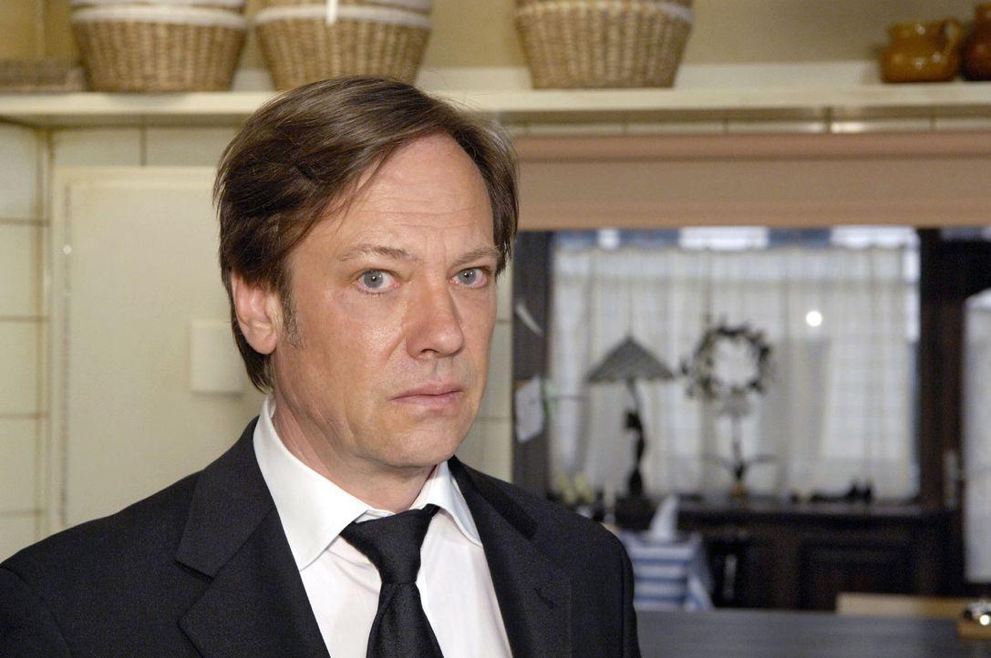 Armin (Rainer Will) erkennt, dass er seine Taktik ändern muss, um gegen Georg bestehen zu können. - Bildquelle: Claudius Pflug Sat.1