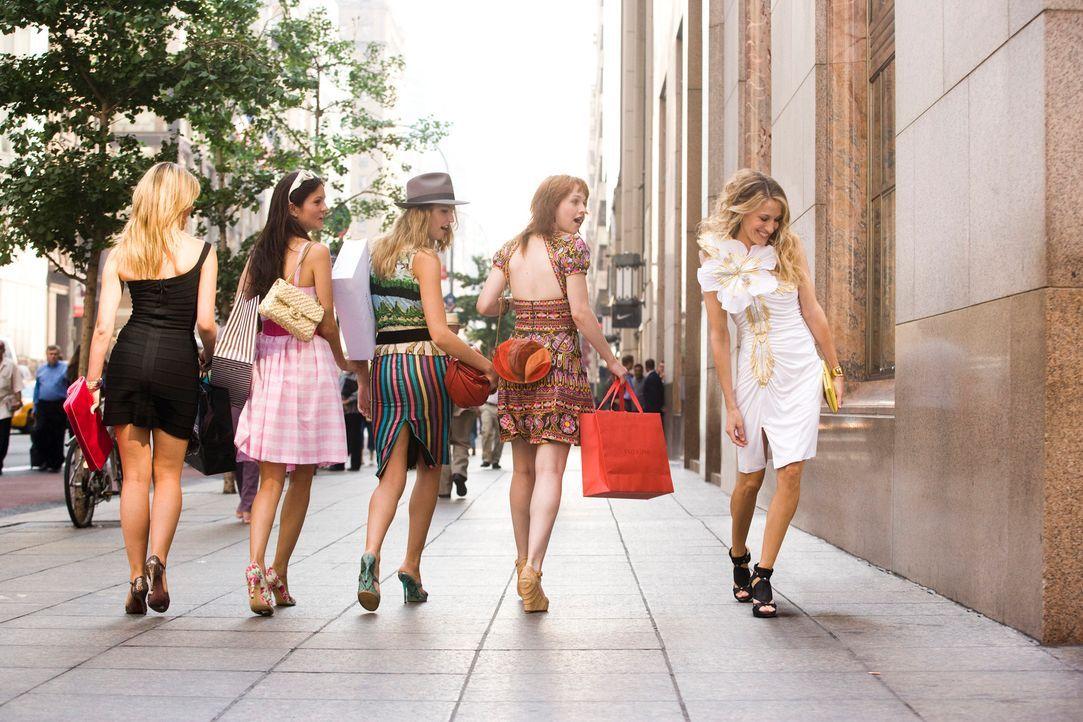 Mit ihren extravaganten Outfits zieht Carrie Bradshaw (Sarah Jessica Parker, r.) alle Blicke auf sich ... - Bildquelle: Warner Brothers