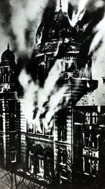 1938 werden in der Reichspogromnacht über 1.000 Synagogen zerstört und hunderte Juden getötet. - Bildquelle: Paul Popper Popperfoto/Getty Images