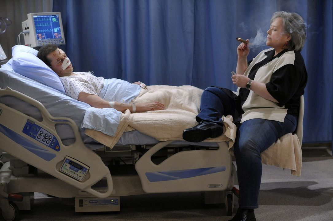 Nachdem Alan (Jon Cryer, l.) einen kleinen Herzinfarkt erleidet, erscheint ihm Charlie (Kathy Bates, r.) als Geist an seinem Krankenbett ... - Bildquelle: Warner Brothers Entertainment Inc.
