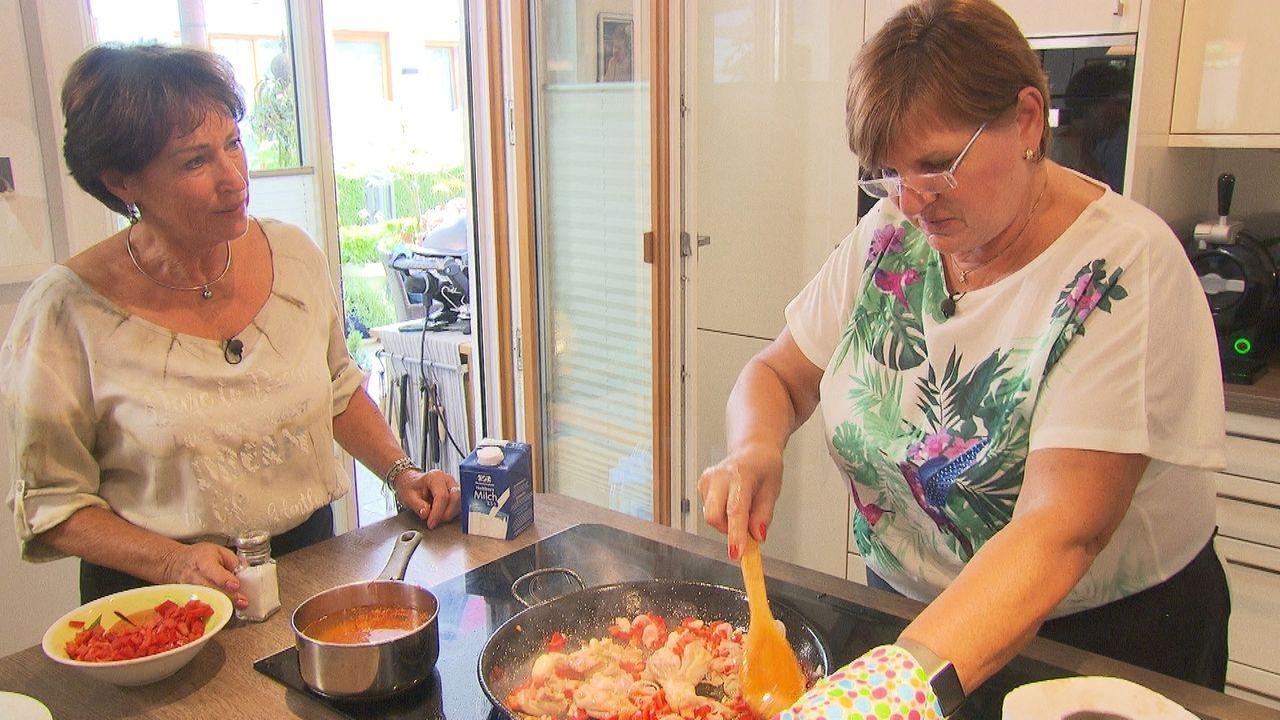 Traudl und Hanni wollen dem Profikoch und der jungen Konkurrenz zeigen, was sie in der Küche draufhaben ... - Bildquelle: kabel eins