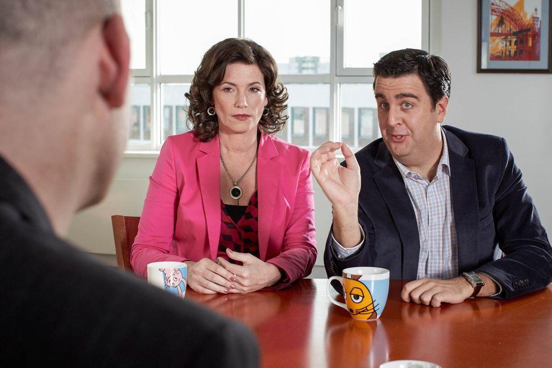 Bei einem Treffen mit seiner Agentin Regine (Sabine Vitua, M.) und den WDR-Verantwortlichen muss Bastian (Bastian Pastewka, r.) eine folgenschwere E... - Bildquelle: Frank W. Hempel SAT.1