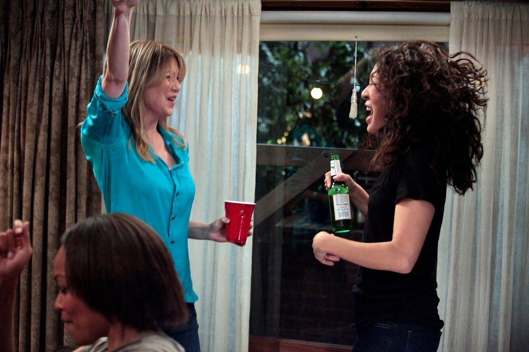Feiern ihre bestandene Prüfung: Meredith (Ellen Pompeo, l.) und Cristina (Sandra Oh, r.) ... - Bildquelle: Touchstone Television