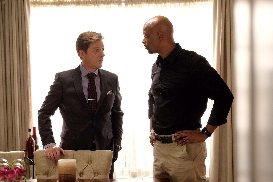 Murtaugh (Damon Wayans, r.) versucht alles, damit das dunkle Geheimnis aus der Vergangenheit von Captain Avery (Kevin Rahm, l.) nicht ans Licht komm... - Bildquelle: 2016 Warner Brothers