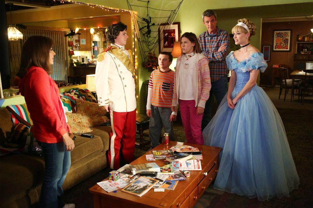 Halloween steht vor der Tür, doch Frankie (Patricia Heaton, l.) kann sich nicht wirklich darauf freuen, weil sie erfährt, dass Axl (Charlie McDermot... - Bildquelle: Warner Bros.