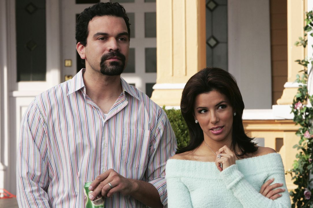 Gabrielle (Eva Longoria , r.) und Carlos (Ricardo Antonio Chavira, l.) haben ein Problem mit ihrer Kanalisation und da ihnen das Geld für die Repara... - Bildquelle: Touchstone Television