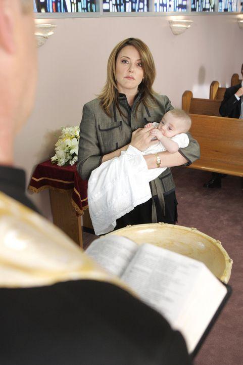 Dr. Cox versucht mit allen Mitteln Jordan (Christa Miller) von ihrem Vorhaben, J.D. als Taufpate für ihre Tochter zu nehmen, abzubringen ... - Bildquelle: Touchstone Television