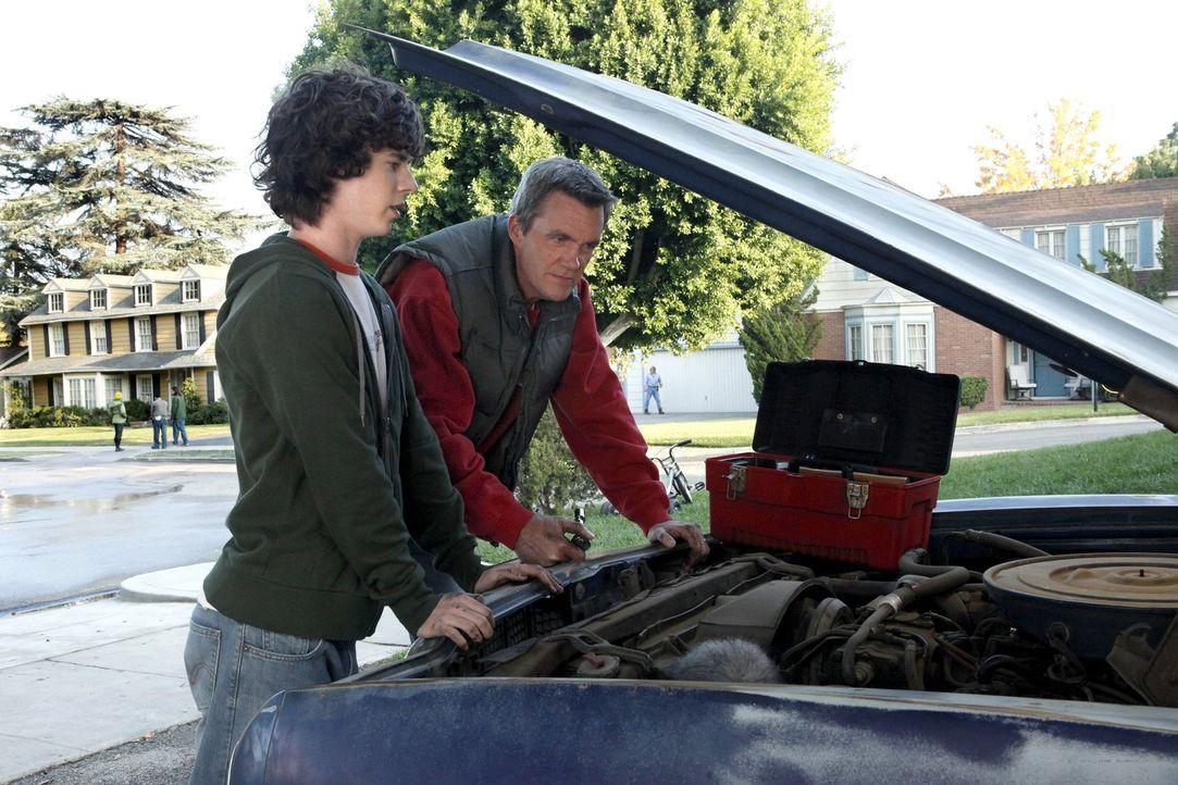 Versuchen, einen alten Wagen wieder auf Vordermann zu bringen: Mike (Neil Flynn, r.) und Axl (Charlie McDermott, l.) ... - Bildquelle: Warner Brothers