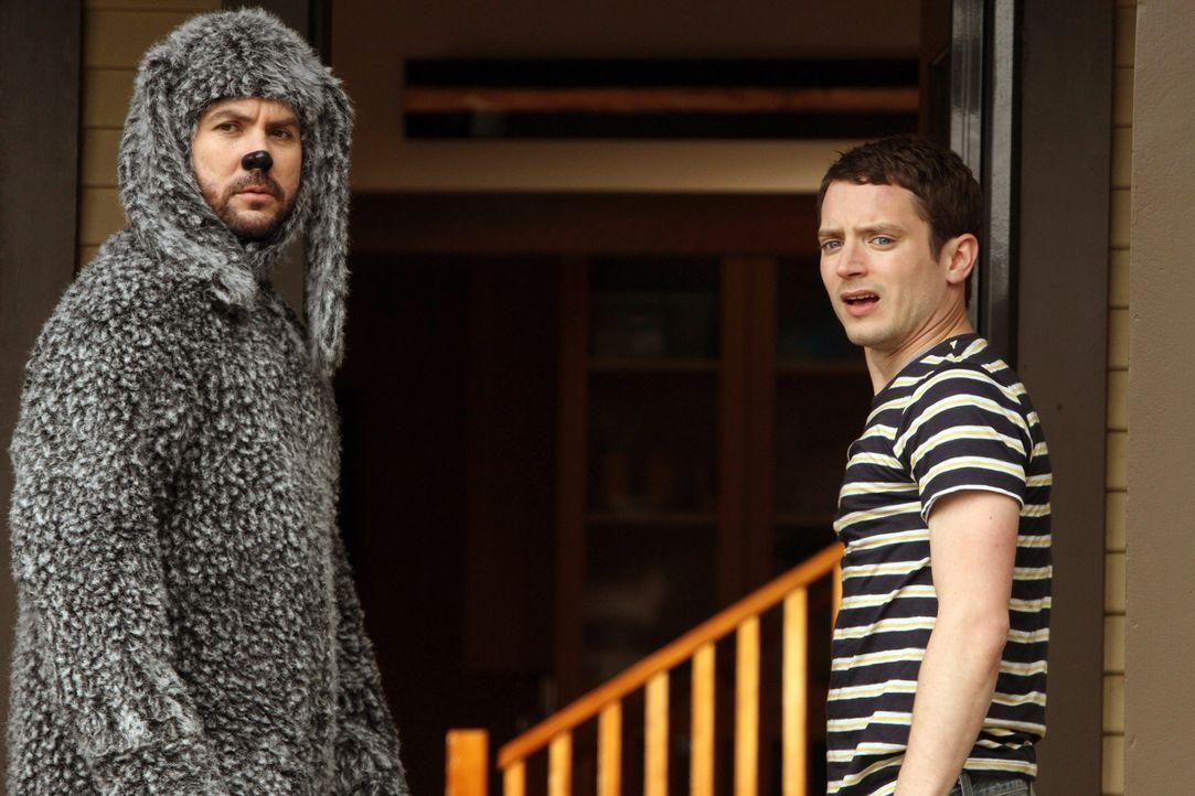 Ryan (Elijah Wood, r.) und Wilfred (Jason Gann, l.) sind beste Freunde - bis sich Wilfred eine große Eskapade erlaubt ... - Bildquelle: 2011 FX Networks, LLC. All rights reserved.