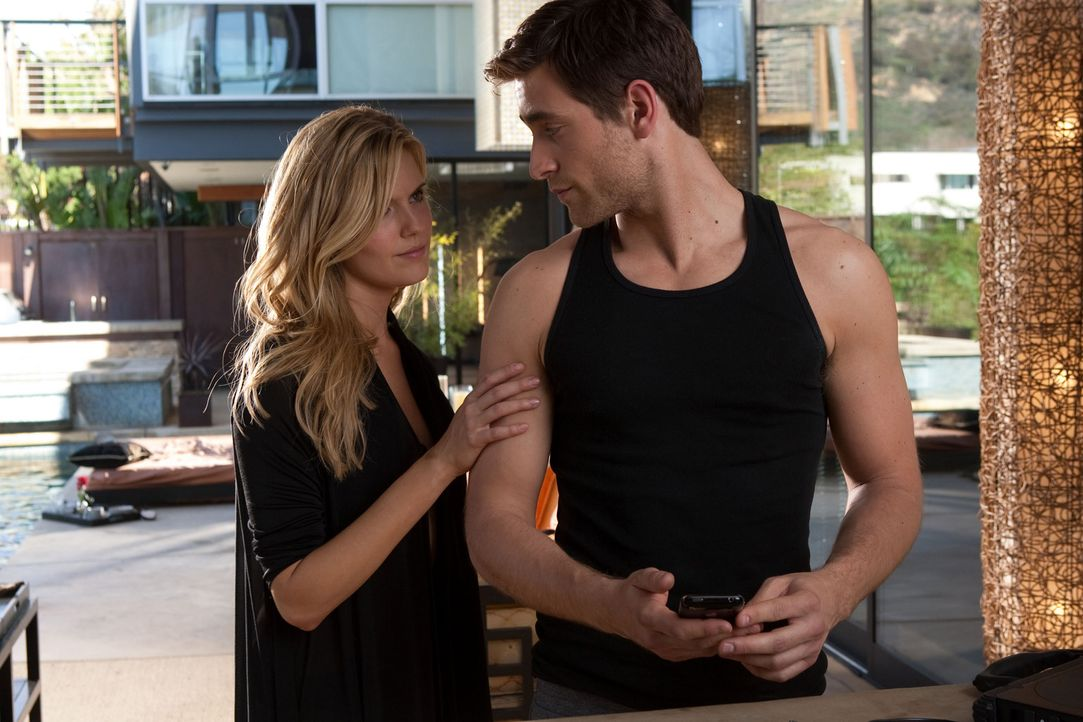 Während seine Freundin Lily (Maggie Grace, l.) ein ungewöhnliches Faible für Waffen hat, kann sich der selbstverliebte Killer (Oliver Jackson-Coh... - Bildquelle: 2010 CBS FILMS, INC.  All rights reserved.