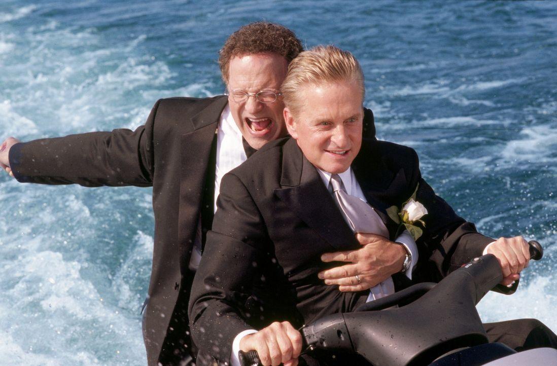 Superagent und Familienvater Steve Tobias (Michael Douglas, r.) die Hochzeit seines Sohnes total durcheinander, weil er mit dem Vater (Albert Brooks... - Bildquelle: Warner Bros.
