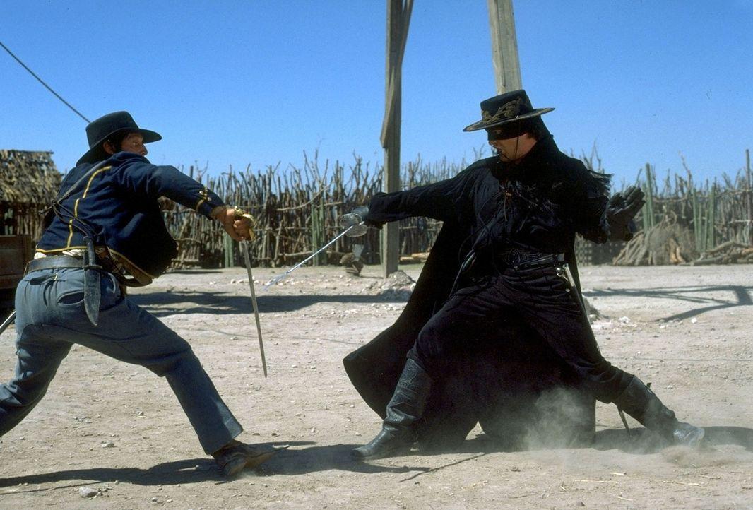 Zorro (Antonio Banderas) kreuzt wieder die Klinge ... - Bildquelle: Columbia Pictures