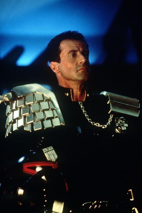 Judge Dredd (Sylvester Stallone) hat einen wirklich gefährlichen Gegner: seinen bösen Klon Rico. Gemeinsam mit dem machthungrigen, korrupten Judge G... - Bildquelle: Buena Vista Pictures