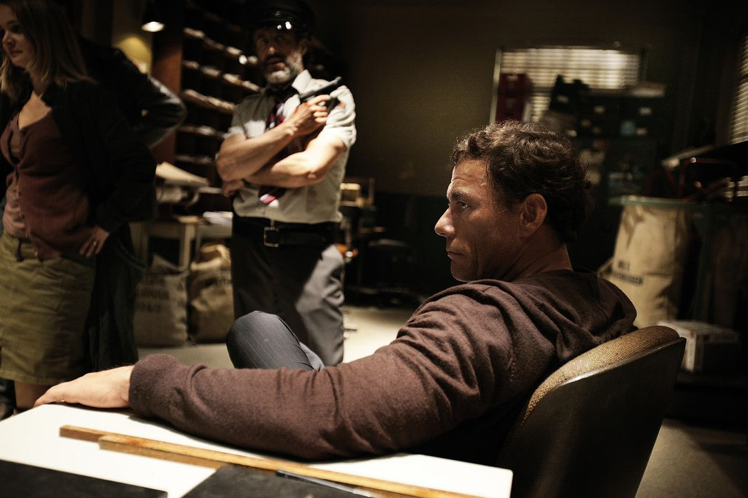 Eigentlich wollte der belgische Filmstar J.C.V.D. (Jean-Claude Van Damme, r.) lediglich Geld abheben, doch dann gerät er mitten in einen Banküberf... - Bildquelle: 2008 Samsa Film & Gaumont. All Rights Reserved.