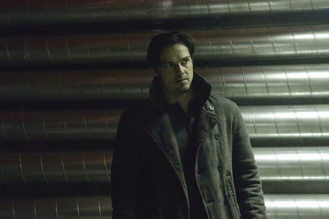 Vincent (Jay Ryan) gerät in die Fänge seines Erzfeindes ... - Bildquelle: Ben Mark Holzberg 2013 The CW Network, LLC. All rights reserved.
