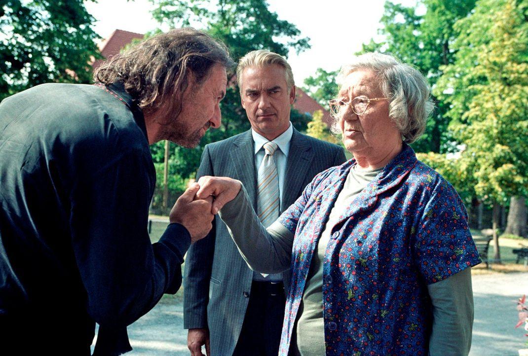 Im Gegensatz zu Johannes (Christoph M. Ohrt, M.) ist Oma (Dorothea Walda, r.) skeptisch, als der Wiener Theaterregisseur Bockinger (Walter Sachers,... - Bildquelle: Hardy Spitz Sat.1