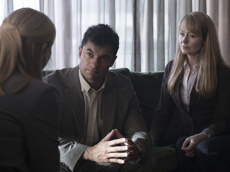 Rückblick - Bagdad 2005: Ahmed Nazari (Darwin Shaw, M.), Allison Carr (Miranda Otto, r.) und Carrie Mathison (Claire Danes, l.) ... - Bildquelle: Stephan Rabold 2015 Showtime Networks, Inc., a CBS Company. All rights reserved.