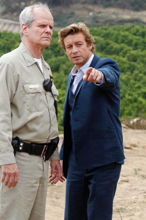 Versuchen, einen neuen Mordfall zu lösen: Sheriff Mullery (Chris Ellis, l.) und Patrick (Simon Baker, r.) ... - Bildquelle: Warner Bros. Television