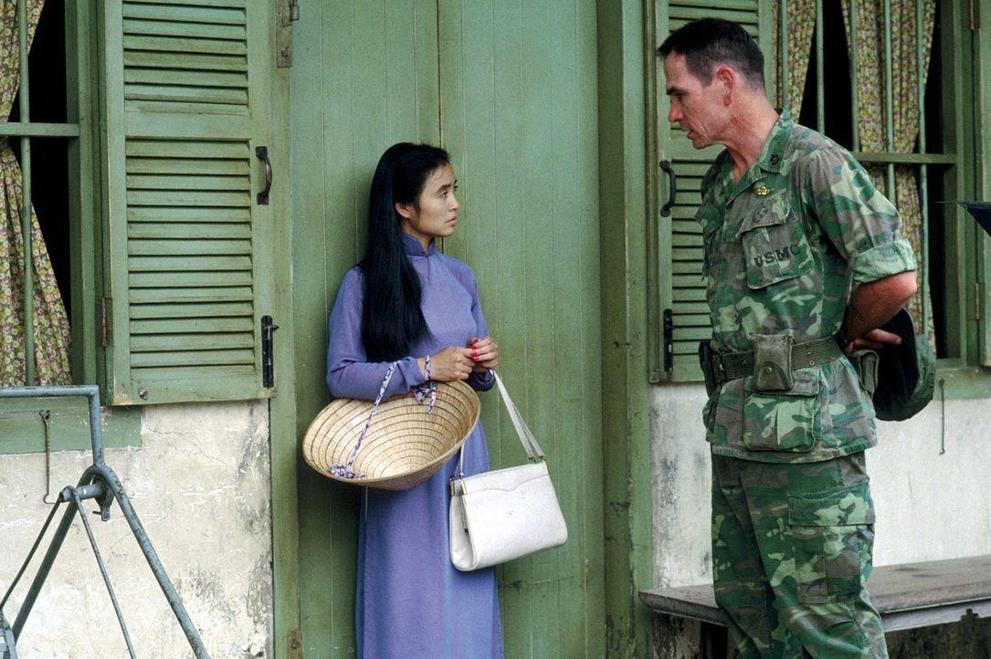 Als Verräterin gebrandmarkt, schlägt sich Le Ly (Hiep Thi Le, l.) in Vietnam während des Krieges als Prostituierte durch. Mit Hilfe von Steve Butler... - Bildquelle: Warner Bros.