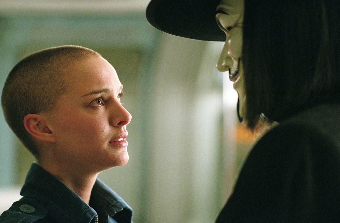 """Eine seltsame erste Begegnung: Vendetta (Hugo Weaving, r.) rettet die junge Evey (Natalie Portman, l.) aus den Fängen der """"Fingermen"""" und lädt sie a... - Bildquelle: Warner Bros. Pictures"""