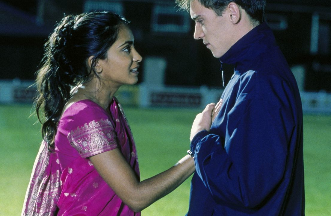 Schon bald erkennt Jess (Parminder Nagra, l.), dass sie mit Joe (Jonathan Rhys-Meyers, r.) nicht nur die Liebe zum Fußballspiel verbindet ... - Bildquelle: Twentieth Century Fox Film Corp.