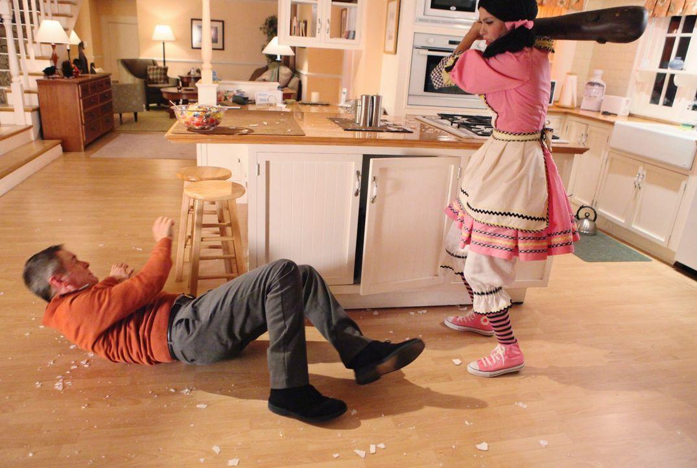 Susan (Teri Hatcher, r.) erzählt Mike von ihrem Internetjob und Pauls (Mark Moses, l.) Erpressungsversuch, so dass Paul ihr nicht mehr drohen kann.... - Bildquelle: ABC Studios