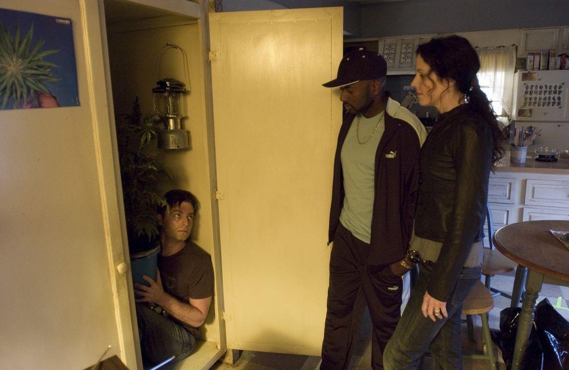 Nachdem Nancy (Mary-Louise Parker, r.) und Conrad (Romany Malco, M.) Andy (Justin Kirk, l.) im Schrank vorgefunden haben, da er sich vor der Polizei... - Bildquelle: Lions Gate Television