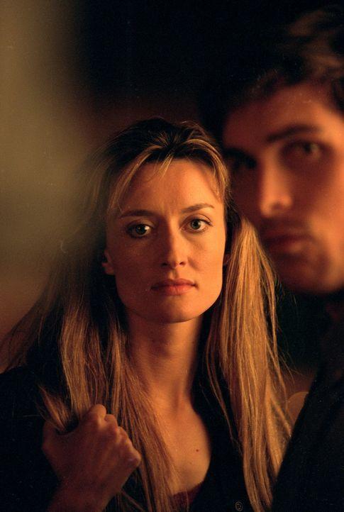 Zwischen Sara (Natascha McElhone, l.) und ihrem neuen Kollegen Sam (Christian Bale, r.) entwickelt sich eine heiße Affäre. - Bildquelle: Sony Pictures Television International. All Rights Reserved.