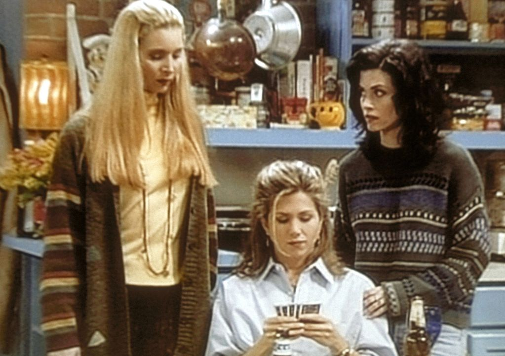 Phoebe (Lisa Kudrow, l.) und Monica (Courteney Cox, r.) verfolgen gespannt Rachels (Jennifer Aniston, M.) Pokerspiel, denn es geht um einen hohen Ei... - Bildquelle: TM+  2000 WARNER BROS.