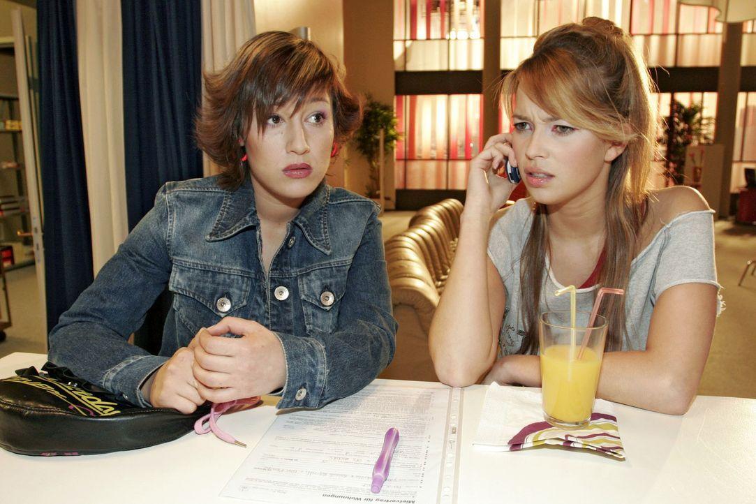 Yvonne (Bärbel Schleker, l.) und Hannah (Laura Osswald, r.) befürchten, dass Lisa in Sachen Frauen-WG einen Rückzieher machen will. - Bildquelle: Sat.1
