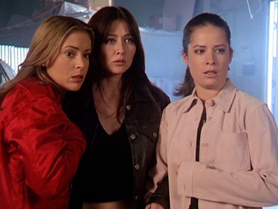 Phoebe (Alyssa Milano, l.), Prue (Shannen Doherty, M.) und Piper (Holly Marie Combs, r.) sind entsetzt. Anscheinend sind sie gegen den Dämon machtlo... - Bildquelle: Paramount Pictures
