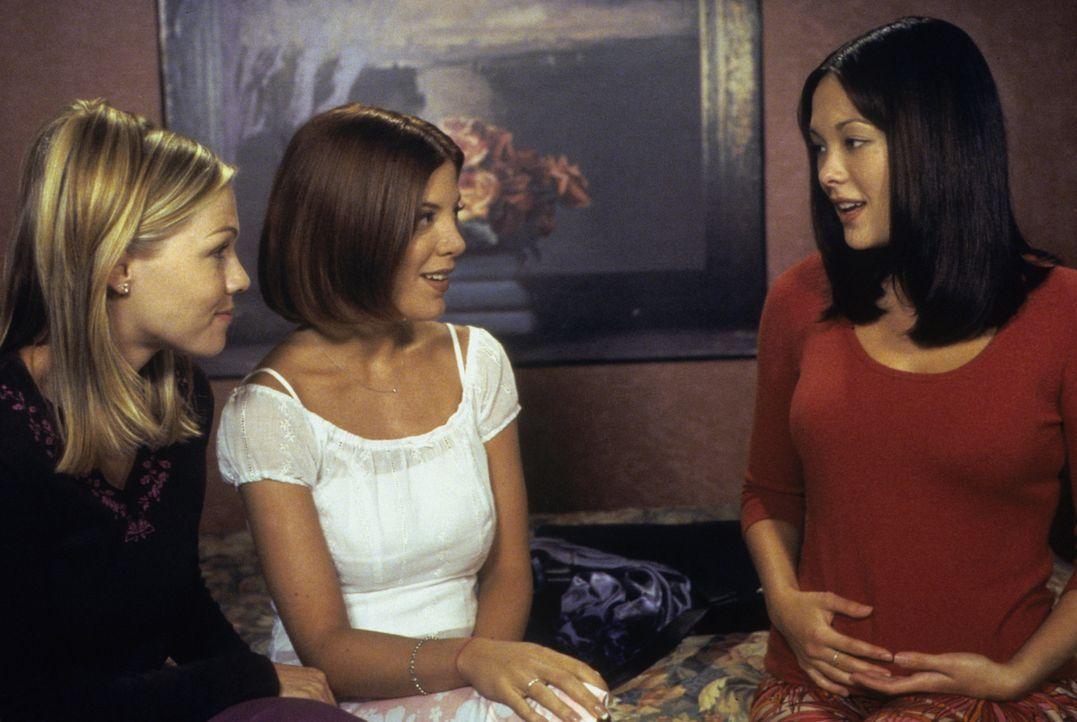 Noch ahnen Kelly (Jennie Garth, l.), Donna (Tori Spelling, M.) und Janet (Lindsay Price, r.) nicht, was für Rachepläne sie mit der Entscheidung, wer... - Bildquelle: Paramount Pictures