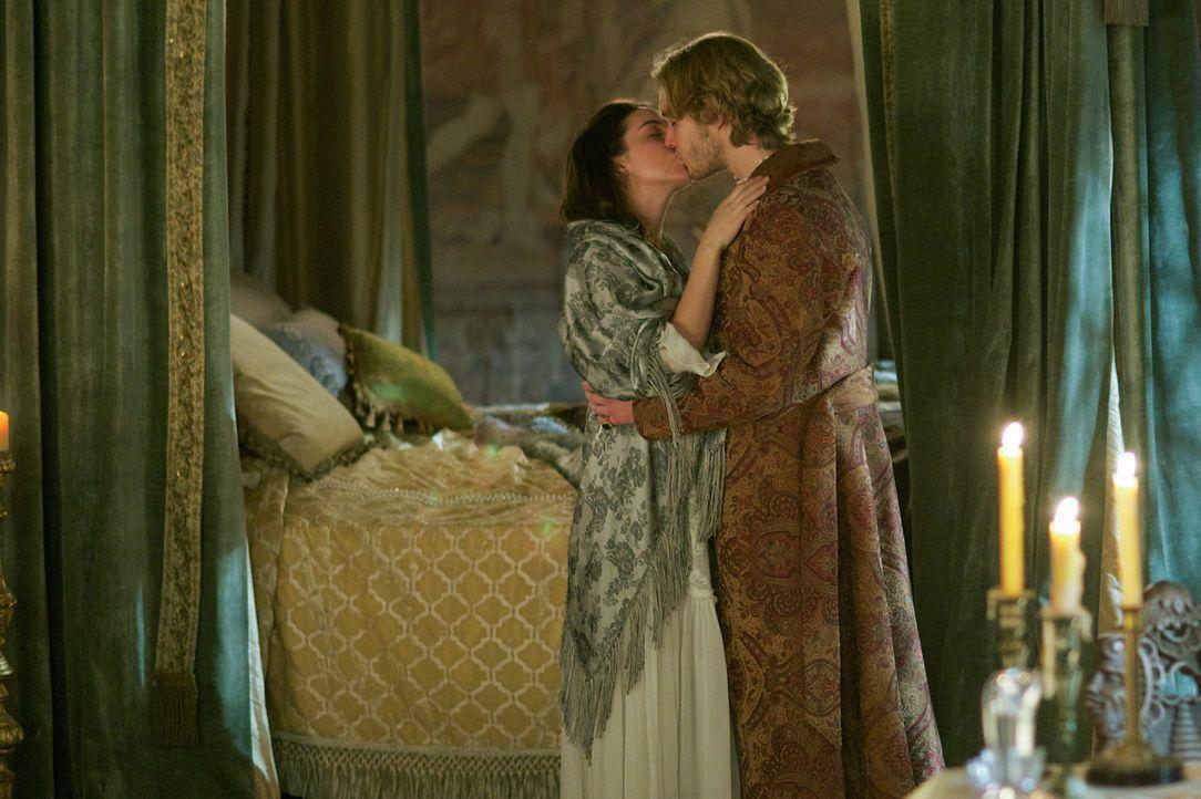 Francis (Toby Regbo, r.) hat die Hoffnung, dass er und Mary (Adelaide Kane, l.) wieder zueinander finden ... - Bildquelle: Sven Frenzel 2014 The CW Network, LLC. All rights reserved.