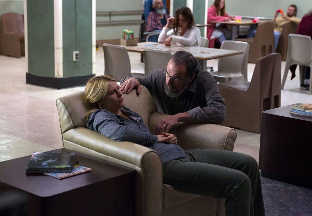 Saul (Mandy Patinkin, r.) versucht mit Hilfe einer Analystin für den internationalen Geldmarkt, eine Spur zu Javadi zu bekommen, während Carrie (Cla... - Bildquelle: 2013 Twentieth Century Fox Film Corporation. All rights reserved.