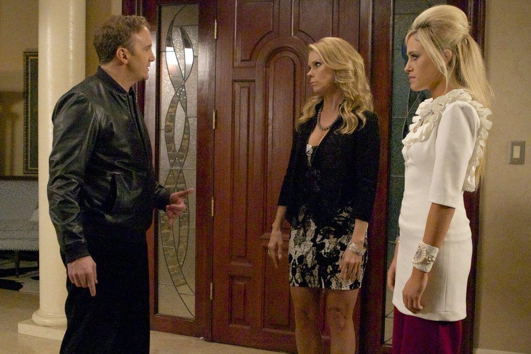 Dallas' (Cheryl Hines, M.) Exmann Steven (Jay Mohr, l.) steht auf einmal vor der Tür und schlägt George zu Boden. Die beiden Männer prügeln sich um... - Bildquelle: Warner Brothers